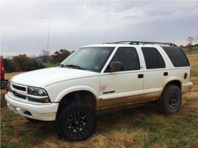 "2002 Chevrolet Blazer - 15x8 -18mm - Fuel Lethal - Suspension Lift 2.5"" - 31"" x 10.5"""