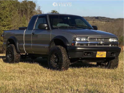 """2003 Chevrolet S10 - 15x8 -18mm - Fuel Lethal - Stock Suspension - 31"""" x 10.5"""""""