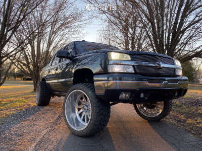 """2005 Chevrolet Avalanche 1500 - 24x14 -76mm - Fuel Forged Ff16 - Suspension Lift 6"""" - 35"""" x 13.5"""""""