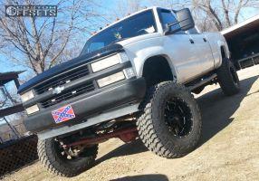 "1999 Chevrolet K2500 - 18x10 -12mm - Moto Metal MO962 - Lifted >9"" - 37"" x 12.5"""