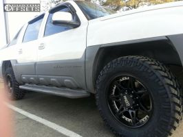 2002 Chevrolet Avalanche 2500 - 17x9 0mm - Moto Metal MO961 - Leveling Kit - 285/65R17