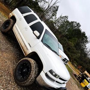 "2001 Chevrolet Tahoe - 20x10 -12.7mm - Fuel 531 - Suspension Lift 6"" - 35"" x 12.5"""