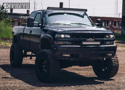 "2000 Chevrolet Silverado 1500 - 18x10 -24mm - Moto Metal Mo970 - Suspension Lift 6"" - 305/70R18"
