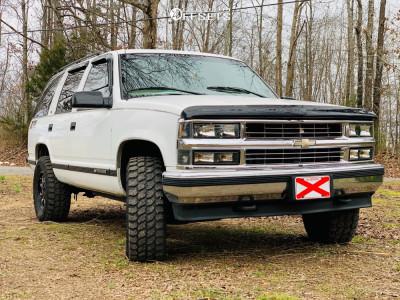 "1998 Chevrolet Tahoe - 17x10.5 -19mm - Moto Metal Mo970 - Suspension Lift 3"" - 33"" x 11.5"""