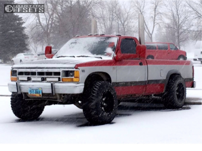 1991 Dodge Dakota - 18x12 -44mm - Fuel Maverick - Stock Suspension - 305/60R18