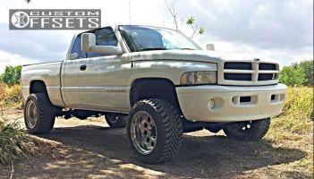 """2001 Dodge Ram 2500 - 20x12 -44mm - Weld Racing Sandstorm - Stock Suspension - 33"""" x 12.5"""""""