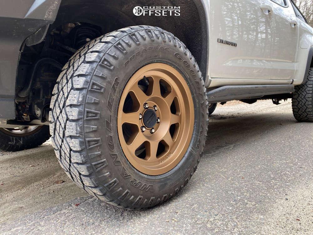 "2018 Chevrolet Colorado Aggressive > 1"" outside fender on 17x8.5 0 offset Method Mr701 & 265/70 Goodyear Wrangler Duratrac on Leveling Kit - Custom Offsets Gallery"