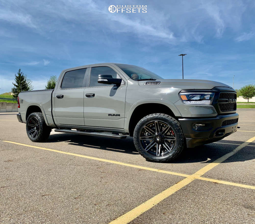 """2020 Ram 1500 Aggressive > 1"""" outside fender on 22x10 -18 offset 4Play 4p08 and 33""""x12.5"""" Toyo Tires Open Country A/t Ill on Leveling Kit - Custom Offsets Gallery"""