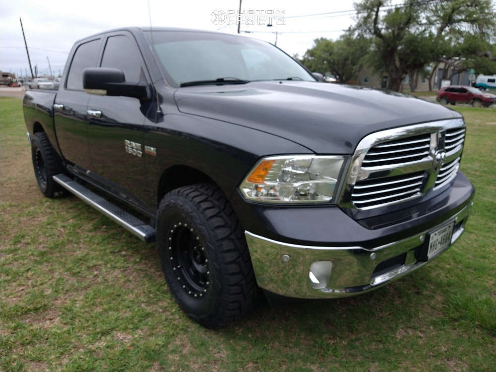 """2017 Ram 1500 Aggressive > 1"""" outside fender on 17x9 -12 offset Method Mr301 and 35""""x12.5"""" Toyo Tires Open Country R/t on Leveling Kit - Custom Offsets Gallery"""