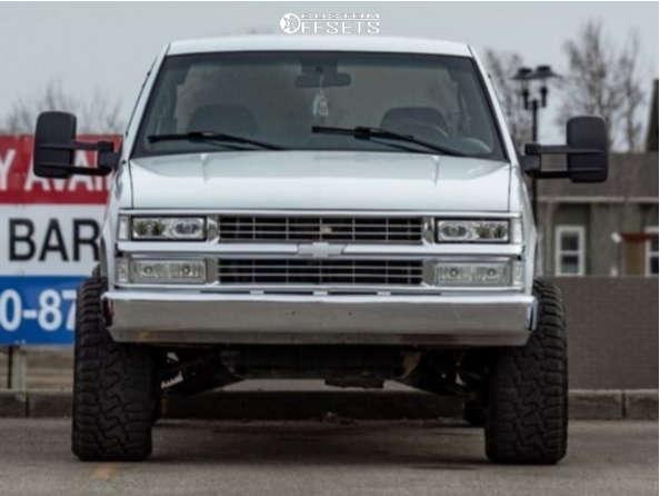 "1998 Chevrolet K1500 Aggressive > 1"" outside fender on 20x12 -44 offset Moto Metal 962 & 33""x12.5"" Haida Hd878 Rt on Leveling Kit - Custom Offsets Gallery"