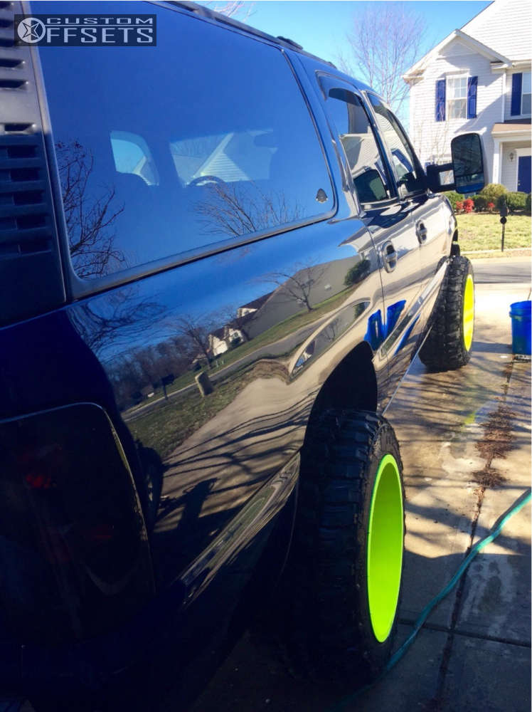"""2000 Chevrolet Suburban Aggressive > 1"""" outside fender on 20x12 -44 offset Moto Metal Mo962 and 33""""x12.5"""" Federal Couragia MT on Leveling Kit - Custom Offsets Gallery"""