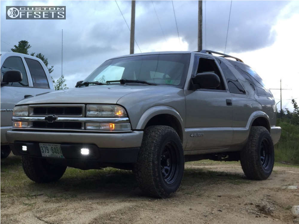 2000 Chevrolet S10 Blazer Slightly Aggressive on 15x8 0 offset Pro Comp Series 51 and 235/75 Hankook Dynapro At-m on Leveling Kit - Custom Offsets Gallery