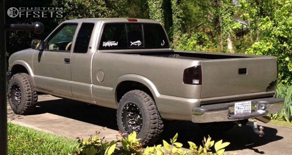 """2000 Chevrolet S10 Super Aggressive 3""""-5"""" on 15x10 -43 offset Fuel Lethal & 30""""x9.5"""" Federal Couragia MT on Suspension Lift 3"""" - Custom Offsets Gallery"""